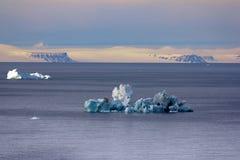 Isberg i brittisk kanal Franz Joseph Land Royaltyfri Fotografi