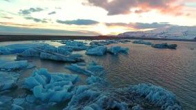 Isberg i den Jokulsarlon glaciärlagun, Island stock video