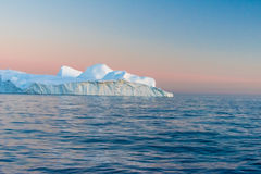 Isberg i den midnatta solen, Ilulissat, Grönland Royaltyfria Foton