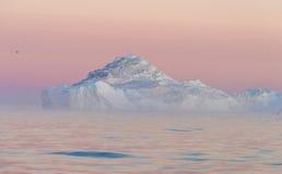 Isberg i den midnatta solen, Ilulissat, Grönland Arkivbilder