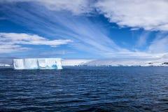 Isberg i det Antarktis landskapet Royaltyfria Bilder