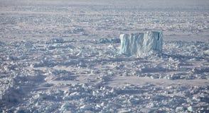 Isberg i det djupfrysta arktiska havet Royaltyfri Fotografi