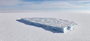 Isberg i det djupfrysta arktiska havet Arkivbild
