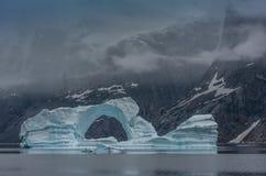 Isberg i fjordarna av Scoresby Sund, östlig Grönland royaltyfria bilder