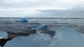 Isberg i Jokulsarlon, en is- sjö i Island lager videofilmer