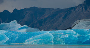 Isberg i vattnet, glaciären Perito Moreno arenaceous Royaltyfria Bilder