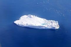 Isberg med det supraglacial dammet Arkivfoton