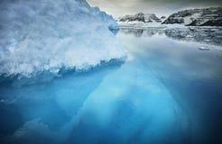 Isberg med ovannämnd och undervattens- sikt Arkivfoto