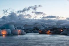 Isberg med stearinljus, Jokulsarlon islagun för årlig fyrverkerishow, Island Arkivfoton