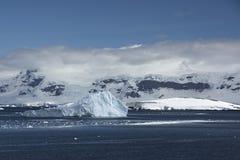 Isberg och berg i Antarktis arkivbild