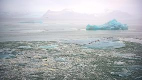 Isberg och is från glaciären i arktiskt naturlandskap på Island arkivfilmer