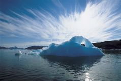 Isberg och vatten Arkivbild