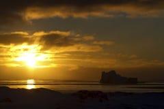 Isberg och vatten av det sydliga havet på solnedgången Arkivfoton