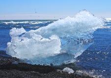 Isberg på den Joekulsarlon stranden royaltyfria foton