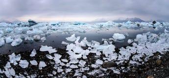 Isberg på glaciärlagun i Island Fotografering för Bildbyråer