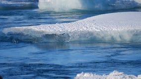 Isberg på issjön Is- och för snövinternatur landskap Islagun lager videofilmer