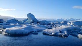 Isberg på issjön Is- och för snövinternatur landskap Islagun stock video