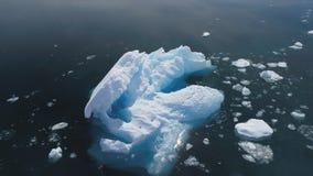 Isberg som svävar i det Antarktis havet Antennskott arkivfilmer