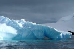 Isberg som svävar i haven av Antarktis Royaltyfria Foton