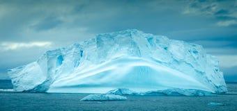 Isberg som svävar i paradisfjärden, Antarktis Arkivbilder