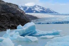 Isberg som svävar i vatten Arkivfoton