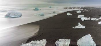 Isberg strandade på stranden nära Jokulsarlon, sydostliga Icel arkivfoton