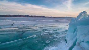 Isberg under solnedgång i glaciärlagun på Lake Baikal lager videofilmer