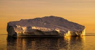 Isberg under solnedgång i Grönland royaltyfri bild