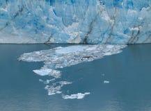 isberg Väggen av blå is Små stycken av is som svävar på yttersida av vattnet arkivbilder