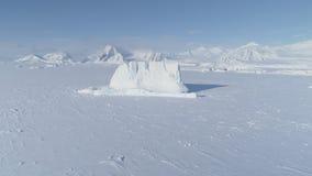 Isberget klibbade den djupfrysta vattenantennen för det antarctic havet stock video