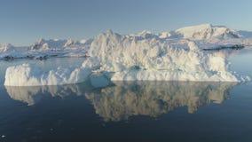 Isberget smälter i klart havvattensurr ovanför sikt arkivfilmer