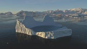 Isbergpölen smälter i flyg- sikt för klart havsurr arkivfilmer