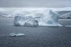 Isbildande och landskap i den Neumayer kanalen, Antarktis Royaltyfria Bilder