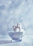 Isbjörn i snöjordklot Arkivfoton