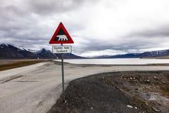 Isbjörnar för varningstecken, Spitsbergen, Svalbard, Norge Arkivbild