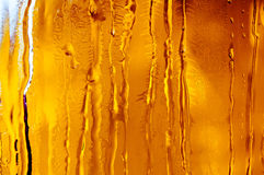 Isblommor och frostmodell på frostigt fönsterexponeringsglas royaltyfri fotografi