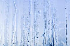 Isblommor och frostmodell på frostigt fönsterexponeringsglas royaltyfria bilder