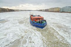 Isbrytare på den djupfrysta floden arkivbilder