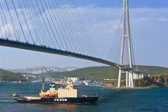 Isbrytaren Kapitan Khlebnikov flyttar sig under bron Östlig Bosphorus kanal Östligt (Japan) hav 22 05 2015 fotografering för bildbyråer