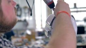 Iscensätta arbete på humanlike robotar head i närbildsikt 4K stock video