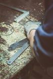 Iscensätta att ta precisionmätning av metalldelar och framställning av justeringar Royaltyfri Fotografi