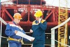 Iscensätter byggmästare på konstruktionsplatsen Royaltyfri Bild