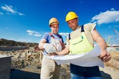 Iscensätter byggmästare på konstruktionsplatsen Arkivfoton