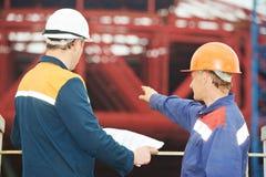 Iscensätter byggmästare på konstruktionsplatsen Arkivbild