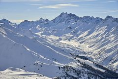 Ischgl山全景 在高山滑雪胜地的晴朗的冬日 免版税库存图片