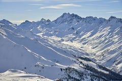 Ischgl bergpanorama Den soliga vinterdagen i alpint skidar semesterorten Royaltyfri Bild
