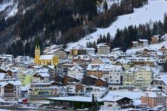 Ischgl i skymning Afton i liten stad i Tyrol fjällängar arkivbilder