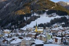 Ischgl i skymning, sikt från kulleöverkant Afton i liten stad i Tyrol fjällängar royaltyfri foto