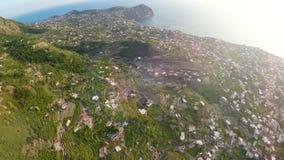 Ischi dell'isola vulcanica con molte economie private e giardini sulle colline verdi stock footage