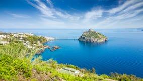 Ischia Eiland en het beroemde oriëntatiepunt en reiskasteel of Castello Aragonese, Italië van bestemmingsaragonese stock fotografie